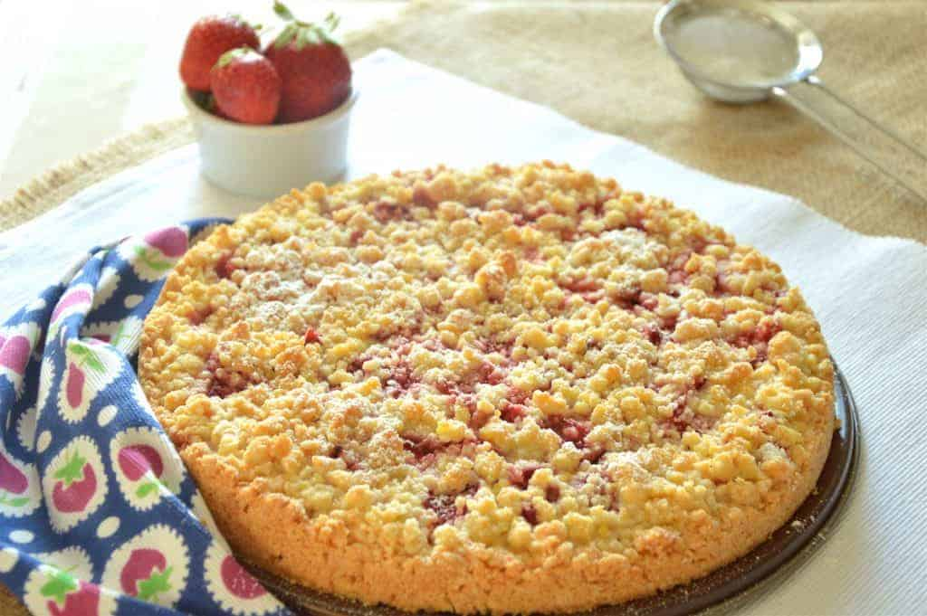 Delicious Strawberry Crumble Cake Recipe